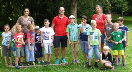 Ferienspiel 'Naturdetektive' Gruppenfoto mit Kindern, Betreuern und GR Peter Viereck